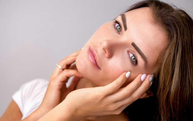 mulher branca com a pele limpa sem acne